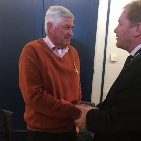 Wim Hartog krijgt Koninklijke Onderscheiding van Peter de Jong
